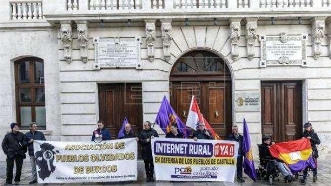 Concentración del Partido Castellano en Burgos reclamando un internet rural digno