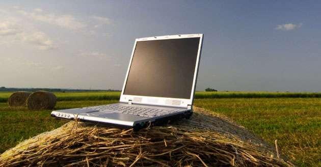 Ordenador portátil situado sobre una paca de trigo