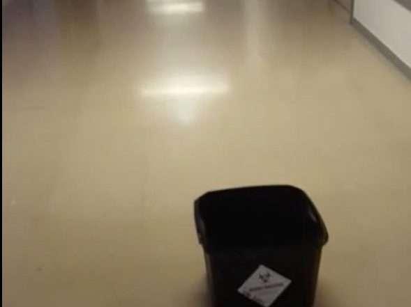 Cubo recogiendo agua de las goteras del Hospital Universitario de Burgos