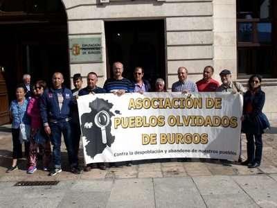 Concentración de la Asociación de Pueblos Olvidados de Burgos frente a la Diputación Provincial de Burgos